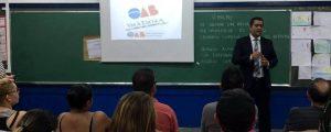 """Comissão OAB Vai à Escola ministra palestra sobre """"Violência Doméstica"""" na Escola Carlos Drummond de Andrade."""